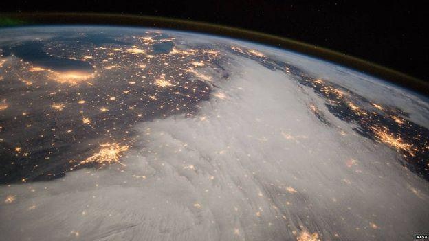 Endazyarê firînê Barry Wilmore ji objektîfên xwe yên li ISS'ê di 7'ê Berfanbara 2014'an de vî wêneyî girtiye. Wêne ji taritiya Golên Mezin û ji herêmên navend ên DYE'yê hatine girtin