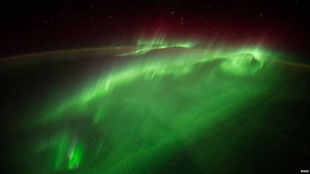 Derbasiya ji tîrêjên bakur – ji astronotên ESA'yê Alexander Gerst vî wêneyî di 29'ê Tebaxê 2014'an de şandibû