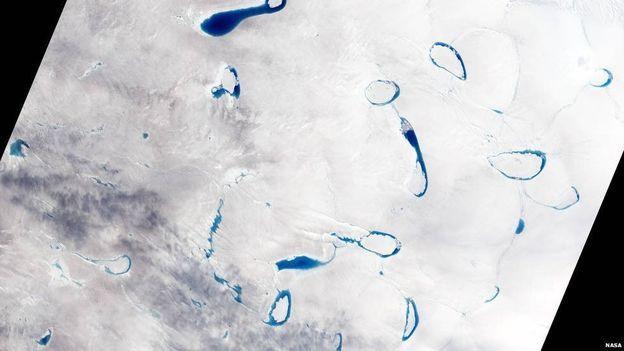 Hewaya germ qeşa û berfên cemidî yên Greenlandê dihelîne. Ji ber vê yekê li ser wan cemedan şînahieyek tarî ya ava pêk tê
