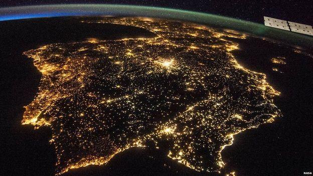Li Spanya û Portekîzê şeveke tarî. Ev dîmena ku tevahiya nîvgirava Îberê girtiye di 26'ê Tîrmehê sala 2014'an de hatiye girtin