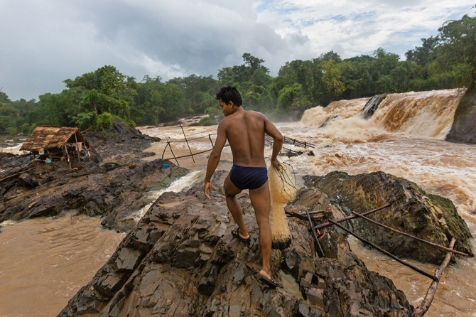 Li Laosê masîgirekî, ji aliyê hecmê ve çemê herî mezin yê Asyayê li Sûlava Khoneyê amadekeriya torê dike. Li Bendava Don Sahongê piştî demekê dê av bilind bibe û ji bo hilberina ceyranê ava sûlavê bê berhevkirin.
