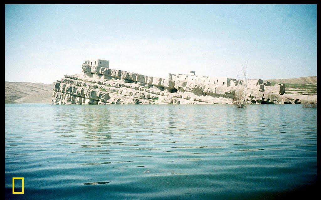 Ev wêne di Newroza sala 2005'an de li ber bendava Tebarek li dorhêla bajarê Qûçanê hatiye kişandin. Berî bendav ava bibe ji bilî gundê Tewerîgê ku ketiye bin avê, gundekî biçûk bi nave gundê Refê (Kelê Refê) li ser refa hember hebû. Weke ku xuya dike ev layên kepirkî (sedimentary rocks) niha ketine bin avê û dîmeneke bedew derketiye holê.