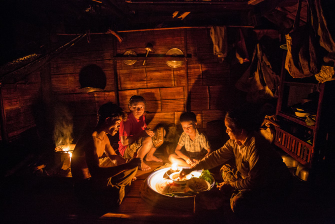 Li Laosê, gundê Ban Khok Yaiya di perava Çemê Mekongê de, malbateke ku 3 nifş li cem hev in, di bin şewqa findê de şîve dixwin. Wek Laosiyên din ceyrana wan jî tune ye. Dema ku bendava Xayaburi hat xilaskirin dê gundê wan dibin avê de bimîne.