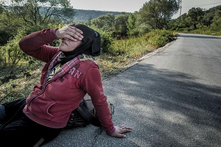 Penaberek Efxan, li Midilliya Yewnanîstanê, li rexê rê rûniştiye. Bi hezaran penaber, ji bo ku li giravê bimînin ji Rojhilata Navîn derketin û ji Behra Egeyê derbas bûn. [Soeren Bidstrup, Scanpa/AFP/Getty]