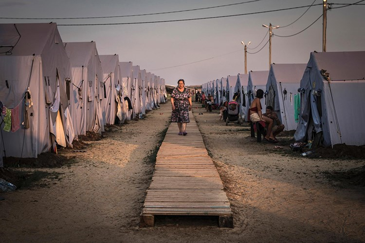 Jinek, di nav konbajara penaberan de dimeşe ku li Domtska Ukraynayê ye. Ji ber pêvçûnên li Ukraynayê bi mîlyonan welatî dev ji mal û warên xwe berdan û reviyan. [Sergey Ponomarev, The New York Times/Redux]