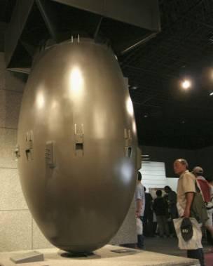 """Bombeya atomê ya ku wek """"Fat Man""""hatibû binavkirin nezî 5 ton bû. Kopyeyeke bombeyê, niha li Nagasakiyê di mûzaxaneyê de tê pêşkêşkirin."""