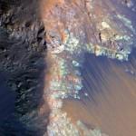 Zanyaran li quntarên çiyayê Coprates Chasmayê yên li Marsê ava şor dîtine ku bi xetên rengên tarî diherike.