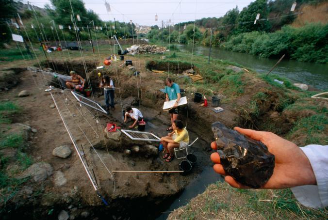 Ev baltayê destan 790 salî ye û li Israîlê di encama kolandinan de hate dîtin. Bi ixtîmaleke mezin ji aliyê Homo Erectusekî hatiye çêkirin. Alavên kevirîn yên herî kev qasî 3,3 milyon salî ne. [Wêne: Kenneth Garrett, National Geographic Creative]
