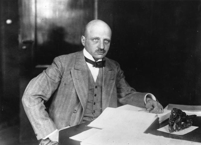 """Fritz Haberê ku di sala 1918'an de Xelata Kîmyayê ya Nobelê standibû, bi kifşkirina peynê kîmyewî li hemû cîhanê birçîbûn kêm kiribû.Lêbelê di heman demê de wek """"bavê çekên kîmyewî"""" jî bibîr tê.Kujeriyeke xirab, qenciyeke dirust dişo û dibe...[Wêne: Topical Press Agency, Getty]"""