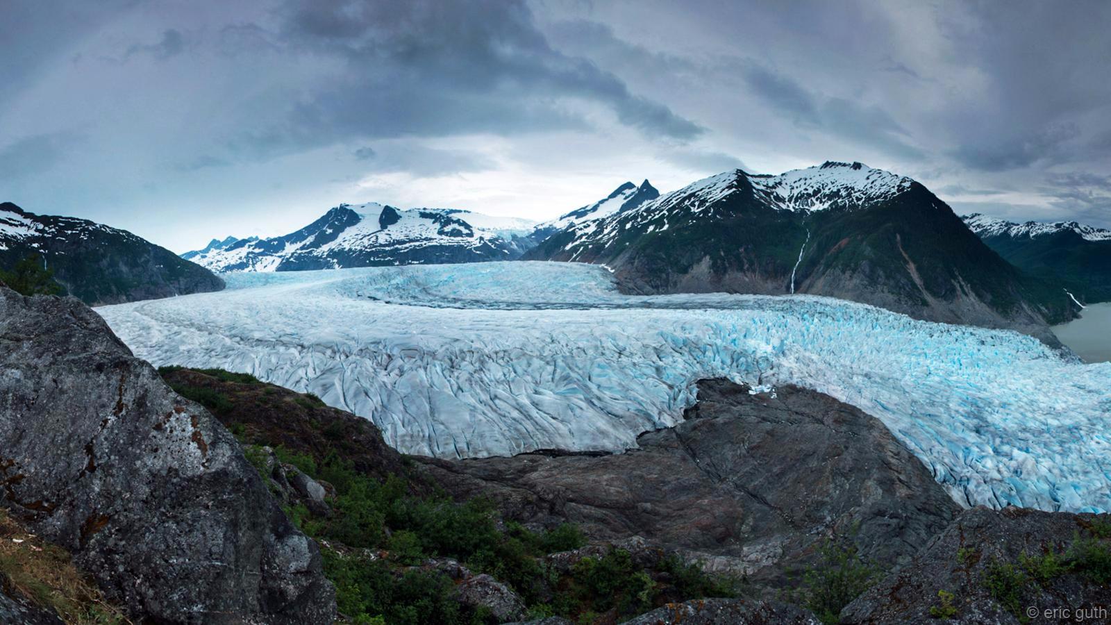 Li Alaskayê herêma SÎpan a Juneauyê qasî 4000 kîlomîtro cih digire û heftemîn sîpanê herî mezin yê nîvkada rojava ye. Li vê derê salê 35 mîtro berf dibare. Sir û serma tevî bilindahiyê nahêle ew berf bihele. Lêbelê ji bo ger û geştê li herêmê cihê herî xweş Sîpanê Mendenhallê ye. Ji sala 2005'an heta niha ve her sal 35 mîtro qeşa bi paş ve diçe. Ew li gor 50 salan du qat zêdetir e.