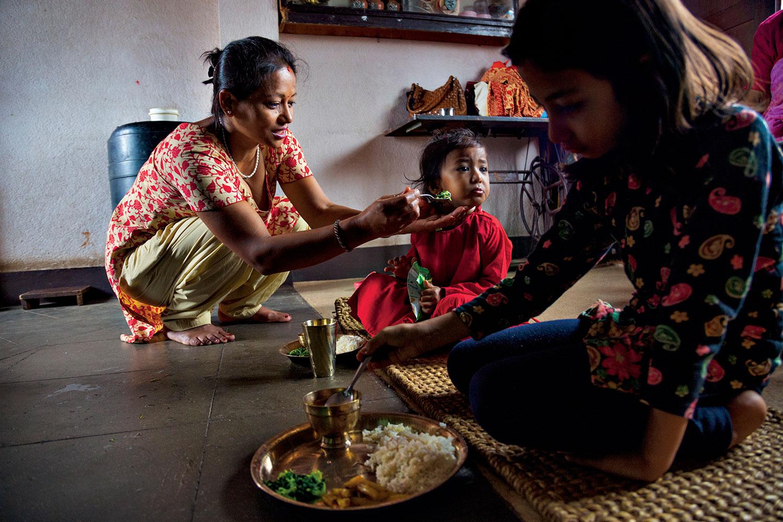 Kumariya Kilagalê Resukaya du salî dibe ku bibe xwedawend lêbelê ew hê jî zarok e. Naxwaze xwarin bixwe. Tê bawerkirin ku Resuka û Kumariya Katmanduya qraliyet ya li nêzî van deran heke rastî hev bên û li rûyê hev bibînin dê rihê wan ji bedena wan derkeve.