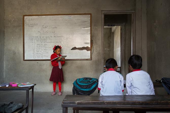 Dangola neh salî bi qerewata xwe ve li gorî rêzikên dibistanê tevdigere. Herwiha ew wê her tim cilên sor li xwe bike. Ji bilî vê xwendekareke asayî ye. Lêbelê bi tenê cûdahiyeke wê heye: Mamoste û hevalên wê ew wek Dya Maiju ango xwedawenda biçûk gazî dikin.