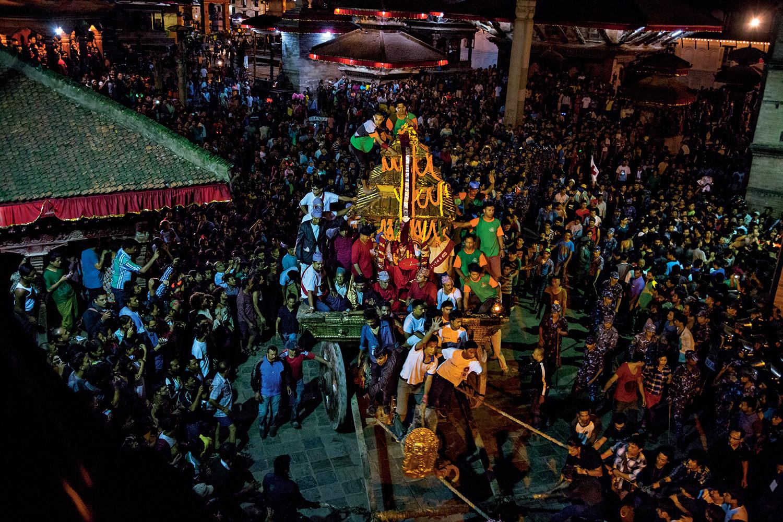 Her sal mihrîcana Indra Jatrayê tê lidarxistin. Di vê mihrîcanê de Kumariya Katmunda Matina Şakya, bi perestgeha zêrîn a gerok ya 255 salî ve ber bi paytext tê şandin. Li dora Şakyayê bawermend, xudam û alîkariyên din berhev bûne.