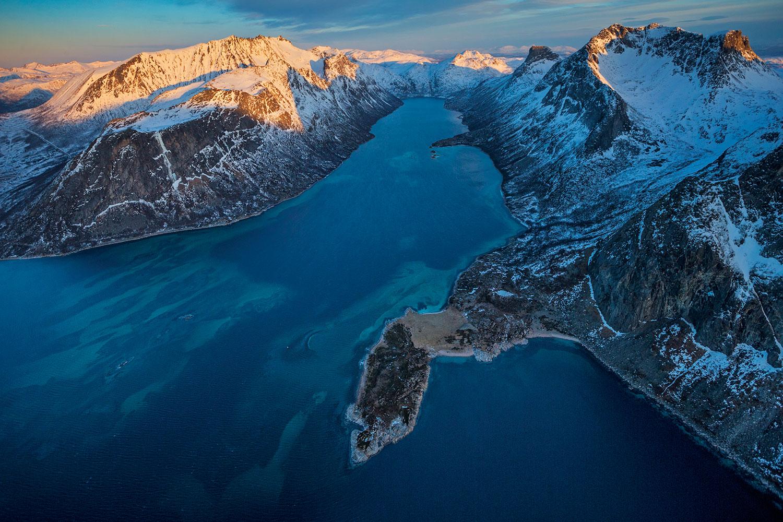Orka dixwazin nêçîra rîngayan li Andfjordenê li cihên ne kûr bikin. Lewra li van deran hêsantir dikarin rîngayan derxin ser avê û wan bigirin.